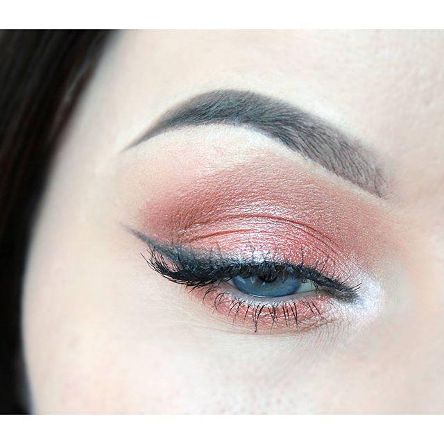 Яркие элементы макияжа глаз